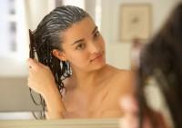 Как сохранить красоту волос летом: используйте народные средства