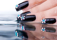 Изысканные ногти с черным лаком