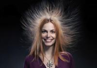 Электризуются волосы: причины и решения