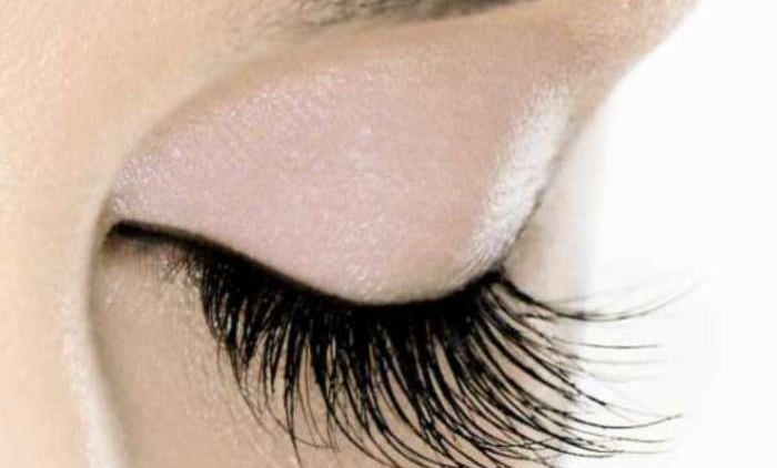 Преимущества и недостатки наращивания ресниц, по мнению косметологов