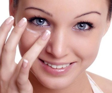 Уход за кожей вокруг глаз зимой: 4 правила