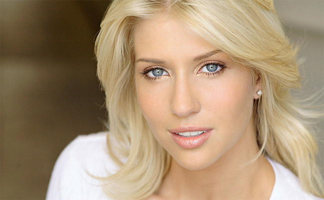 Правильный и красивый макияж для блондинок: пудра и румяна