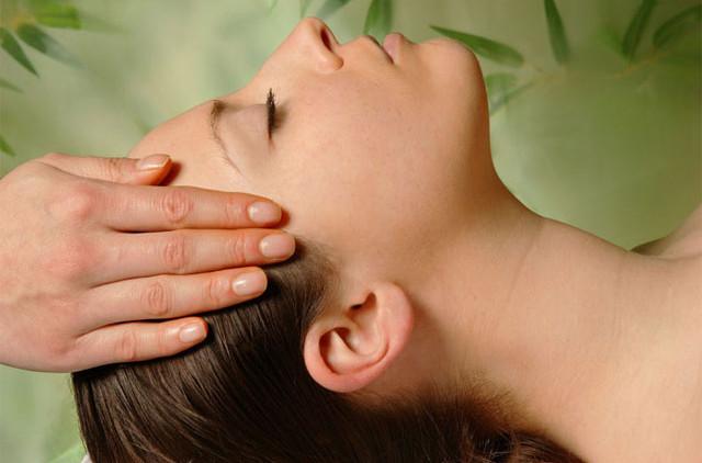 Выпадают волосы: искусство массажа головы