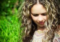 Особенности ухода за кудрявыми волосами