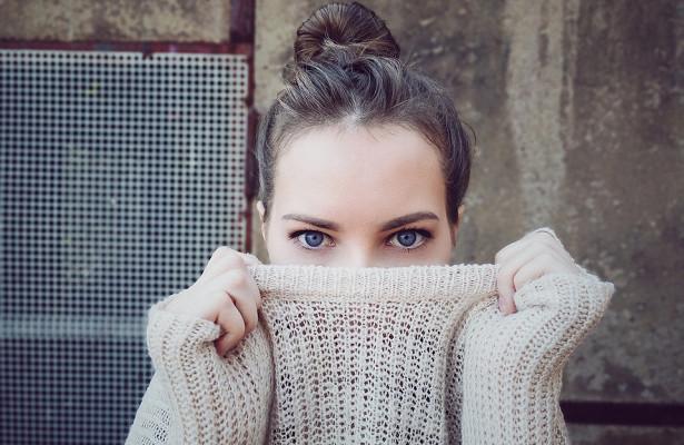 6 привычек, которые портят кожу под глазами