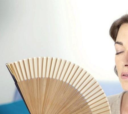 Почему потеет голова и лицо у женщин: причины и лечение