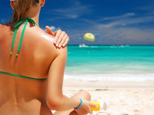 Почему глупо мазать себя солнцезащитным кремом