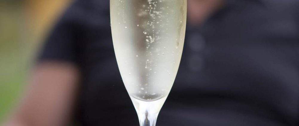 Врачи объяснили, почему лучше отказаться от шампанского в новогоднюю ночь