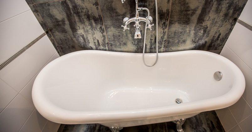 Врачи выяснили, чем опасны горячая ванна и частое мытье головы