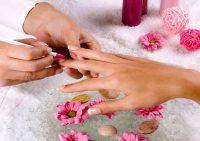 Под запретом: что не надо делать с ногтями перед походом к мастеру маникюра