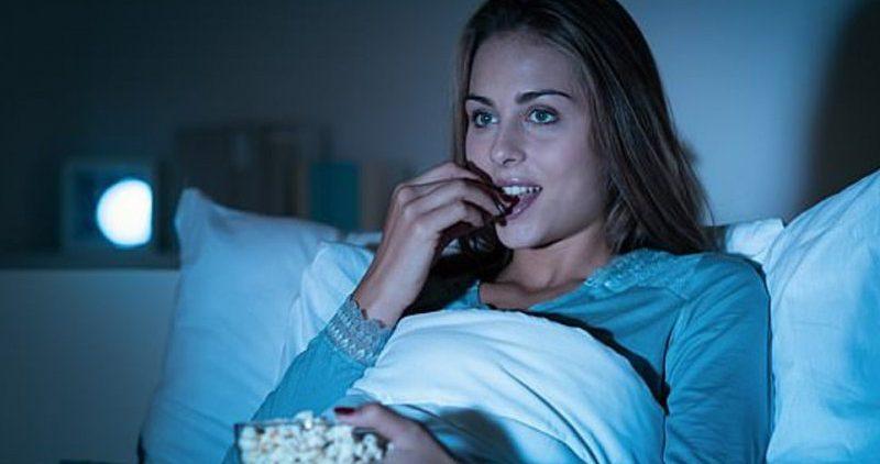 Засыпание при свете или телевизоре ведет к набору веса