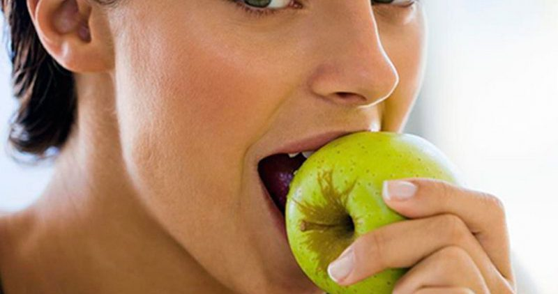 Диетолог назвала продукты, которые полезны и опасны для кожи в связи с загаром