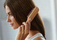 Парикмахер-стилист назвала шесть распространенных ошибок в расчесывании волос