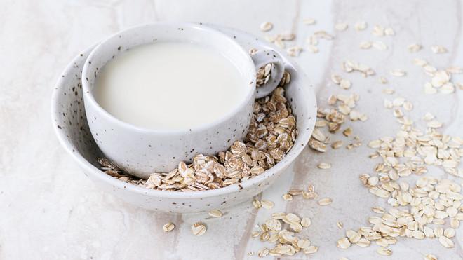 Овсяное молоко: в чем польза модного напитка