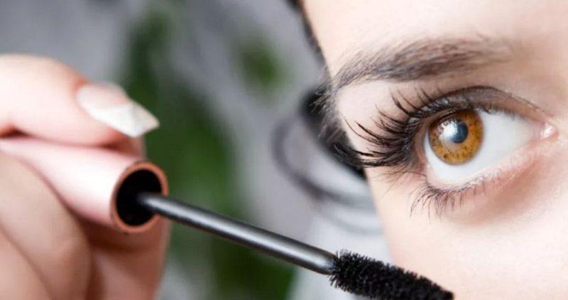 Ежедневное использование туши врачи назвали опасным для органов зрения