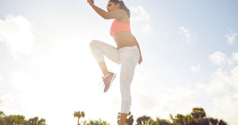 На улице заниматься фитнесом полезнее, чем в спортзале