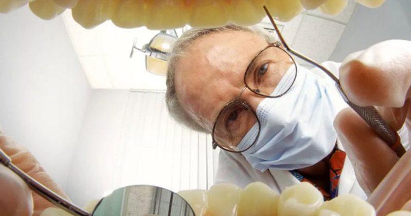 Хуже чем кариес: стоматологи указывают на проблему «меловых» зубов