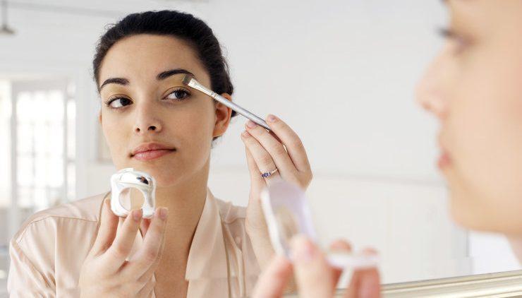 Как убрать нависшее веко с помощью макияжа — 3 простых шага