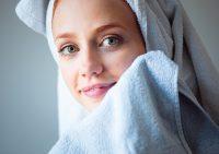 Почему вам нужно срочно добавить бумажные полотенца в ежедневный уход за кожей