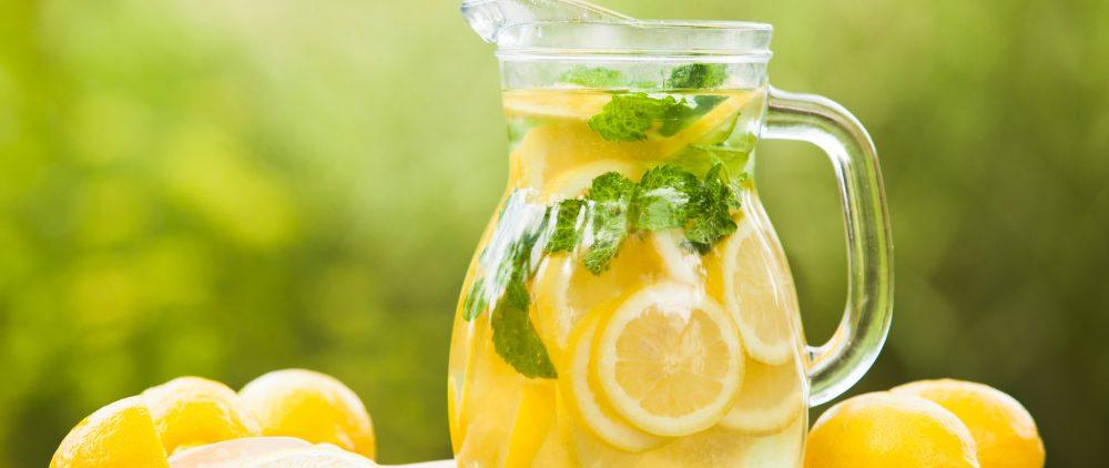 Лимонная вода натощак: полезно ли?